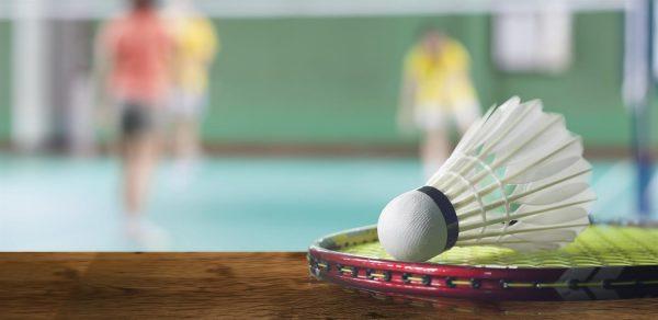 badmintonshuttle met spelers op de achtergrond